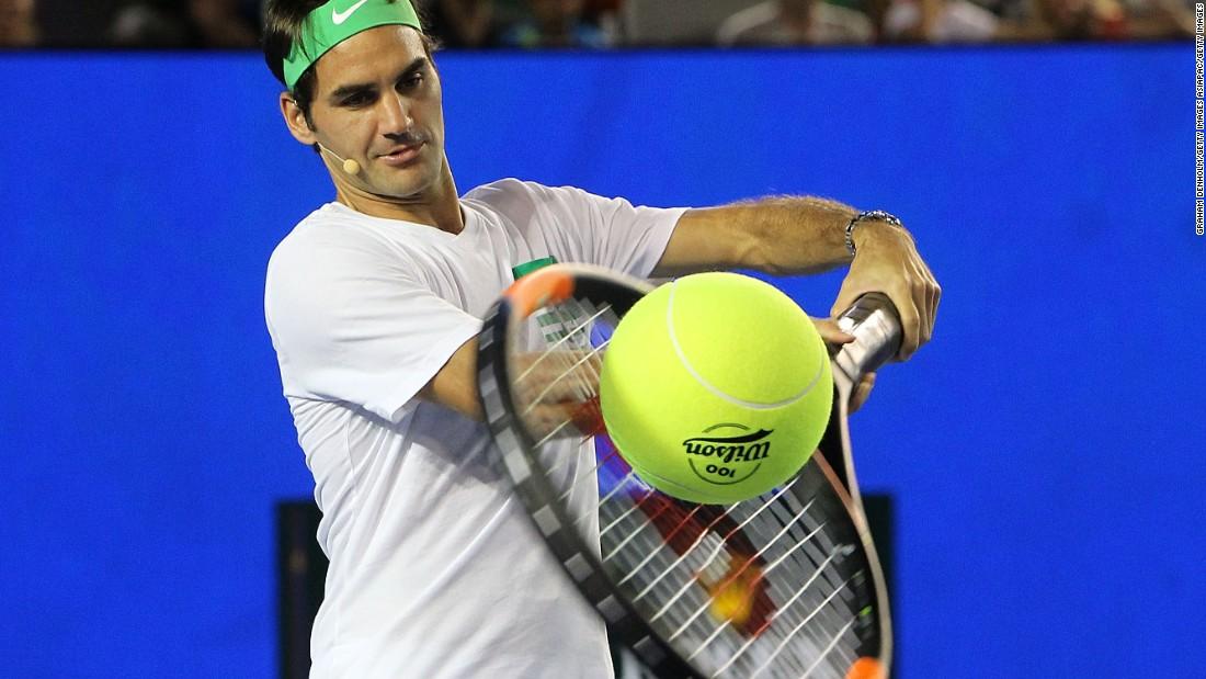 160116190037-roger-federer-giant-racquet-melbourne-super-169.jpg